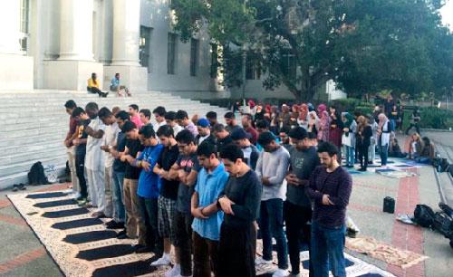 Студенты мусульмане совершили намаз в мичиганском университете