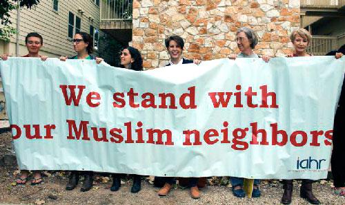 Христиане и иудеи пришли к мечети с плакатами – какими?